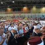 Verniki ob koncu molitve, ki jo je vodil mufti Grabus